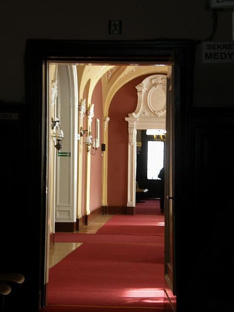 Pobliżu pałacu znajdują się dawne zabudowania folwarczne m in